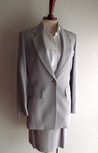 白シャツ×ブルーグレースーツ
